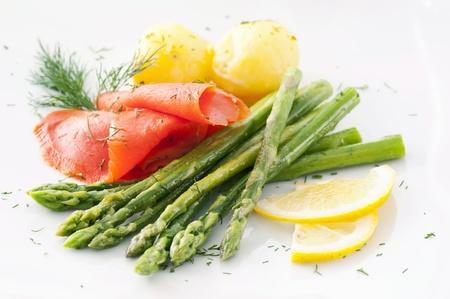 salmon ahumado: espárragos con pescado y patatas Foto de archivo