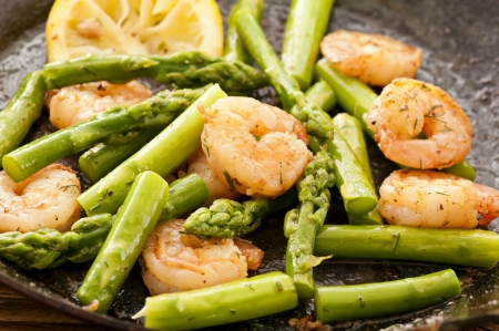 pan fried: green asparagus with prawns Stock Photo
