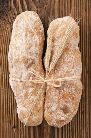 artisanale: ambachtelijke brood op de houten tafel