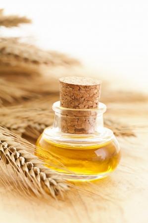 cosecha de trigo: aceite de germen de trigo natural Foto de archivo