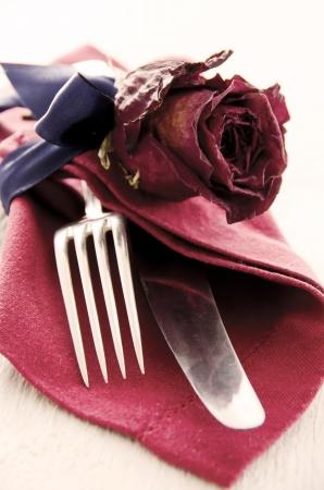 servilleta de papel: cuchillería plateada con decoración Foto de archivo
