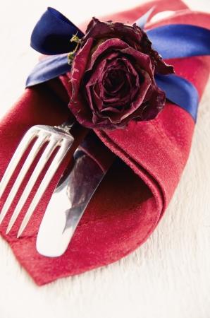serviette: cubiertos con rosa