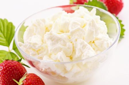 cagliata: cagliata fresca bianco con fragole Archivio Fotografico