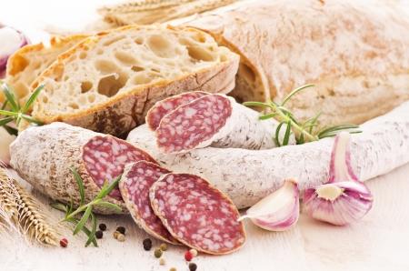 salami: comida con salami y pan Foto de archivo