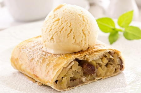 cream pie: apple strudel with ice cream