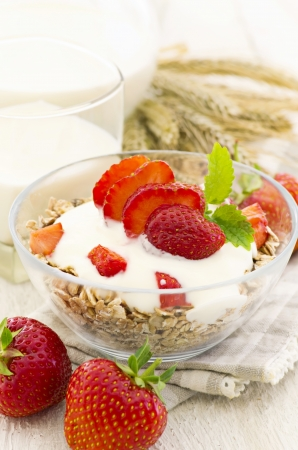 gelb: muesli with yoghurt and strawberries Stock Photo