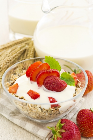 gelb: Muesli with fresh strawberries
