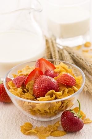 corn flakes: flocons de ma�s avec des fraises Banque d'images