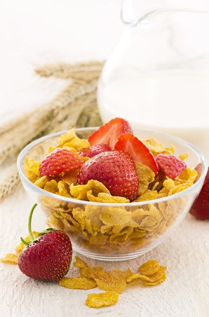 gelb: corn flakes with milk and strawberries Stock Photo