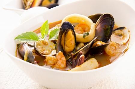 plato de pescado: sopa de mariscos Foto de archivo