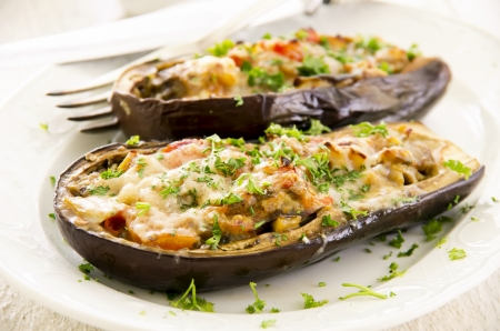 aubergine gevuld met groenten en kaas