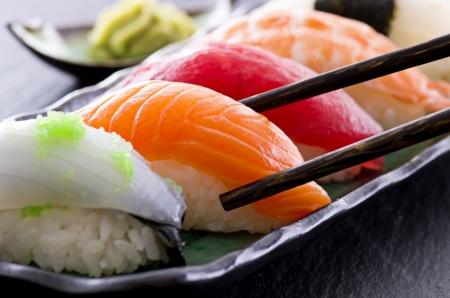 comida japonesa: sushi con los palillos
