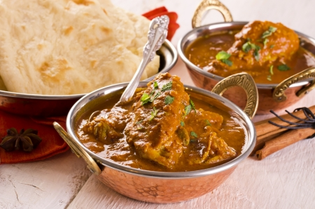 masala: pollo al curry en los recipientes