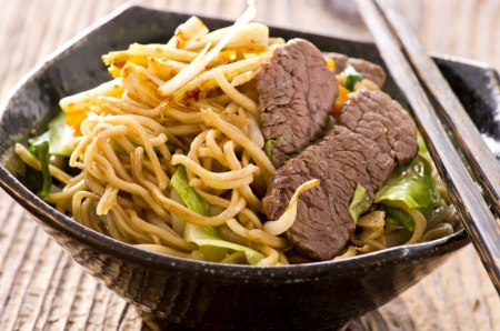 yi mein: stir-fried noodles with beef