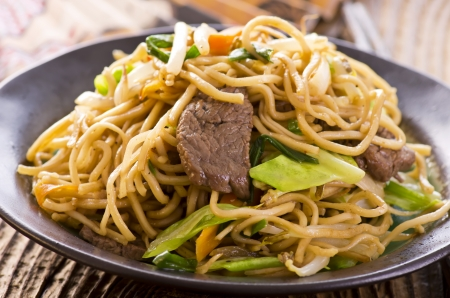 lo mein: yakisoba noodles with beef