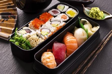 comida japonesa: bento caja con sushi y rollos