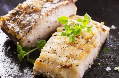 filet z ryby smażone na patelni