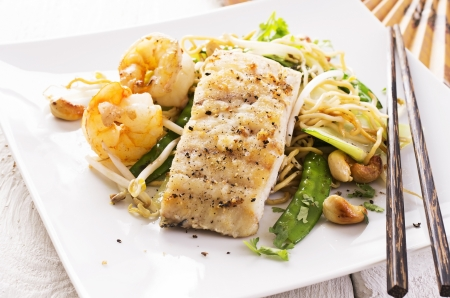 mie noodles: fish with stir-fried noodles Stock Photo