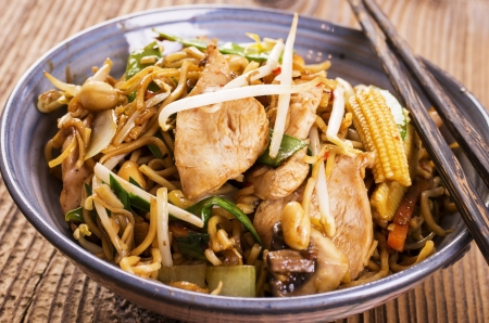 lo mein: stir fried noodles with chicken and vegetables Stock Photo