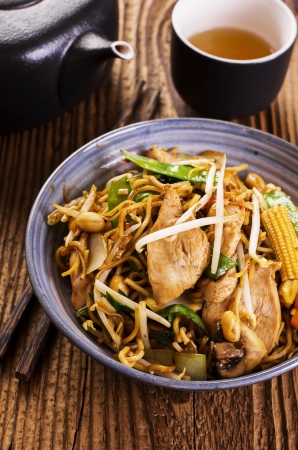 yi mein: stir fried noodles with chicken