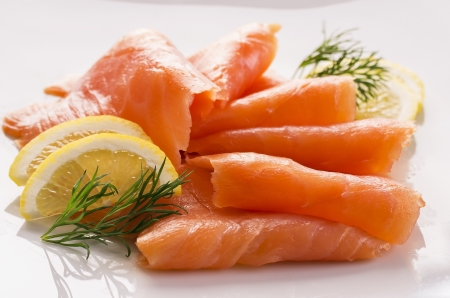 salmon ahumado: salm?n con lim?n Foto de archivo