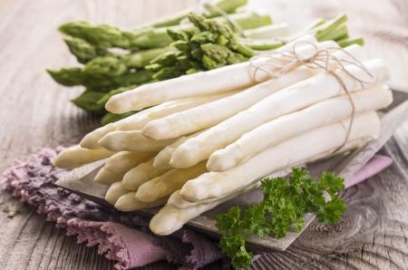 blau: white and green asparagus