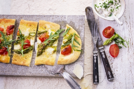 knife tomato: flat bread with mozzarella and asparagus
