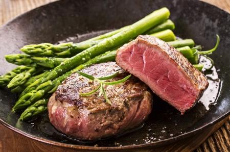Steak mit grünem Spargel Standard-Bild - 24489336