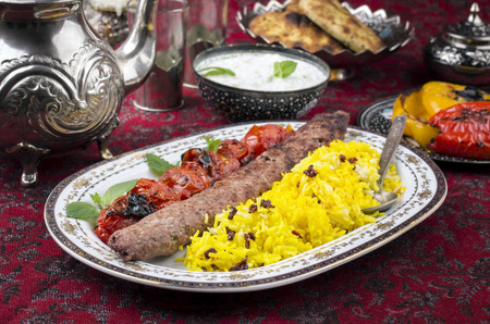 comida arabe: kabab-e-Koobideh con polo sereshk