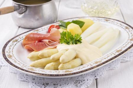 delikatesse: asparagus with ham