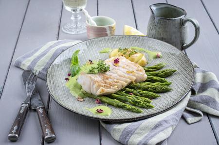 filete de pescado: bacalao filete de pescado con esp�rragos verdes