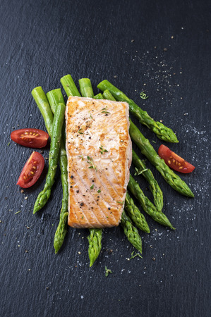 gelb: green asparagus with salmon