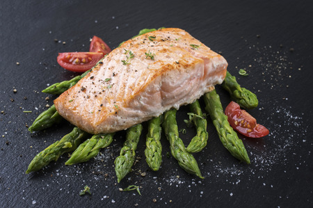 gelb: salmon with green asparagus