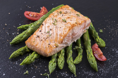 delikatesse: green asparagus with salmon