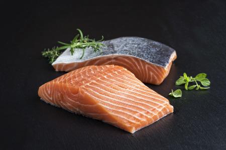 Filete de color salmón en una losa de pizarra Foto de archivo - 43825234
