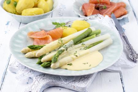 salmon ahumado: Espárragos con salmón ahumado y patatas