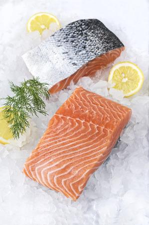 氷の上の鮭フィレ