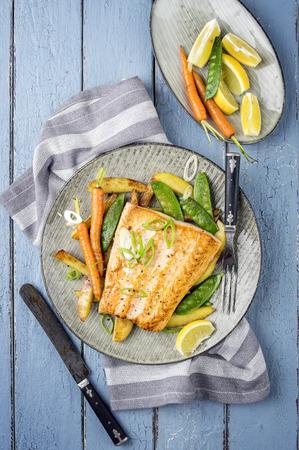 plato de pescado: Filete de salmón con vegetales