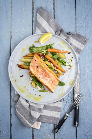légumes verts: Filet de saumon avec légumes Banque d'images
