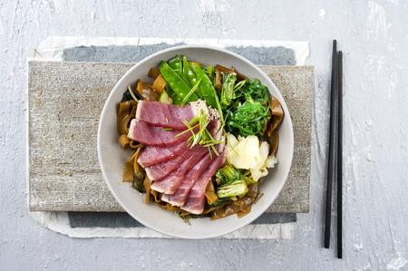 atun rojo: Tataki de atún con fideos de arroz y verduras