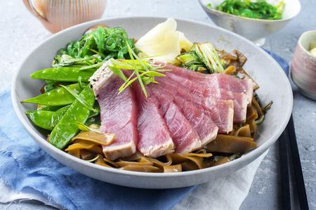 atun rojo: Tataki de atún con Teriyaki Fideos de arroz Foto de archivo