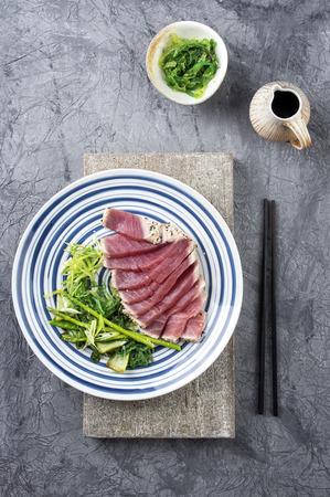 atun rojo: Tataki de atún con lechuga y wakame