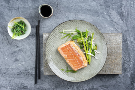 stil: Salmon Tataki with Lettuce Stock Photo