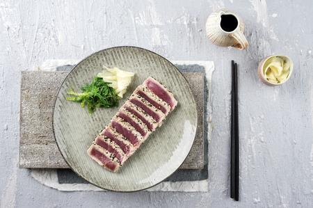 atun rojo: Tataki de atún con wakame y jengibre