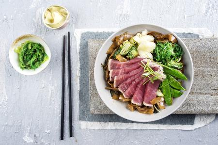 algas marinas: Tataki de atún con fideos de arroz y verduras