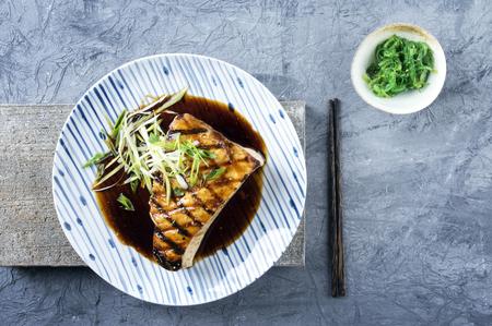 pez espada: El pez espada bistec teriyaki en la placa