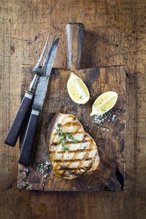 まな板の上の Swortfish ステーキ バーベキューします。 写真素材