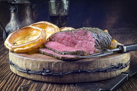 Rosbief met Yorkshire Pudding Stockfoto