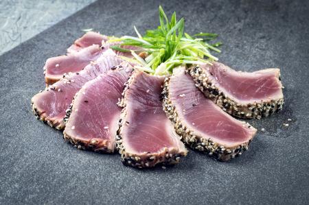 Thunfisch Tataki Standard-Bild