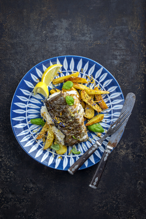 gelb: Halibut Filet with Fried Potatoes Stock Photo